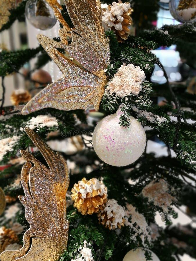 La décoration d'arbre de Noël ornemente la boule de scintillement et le papillon blancs d'or images stock