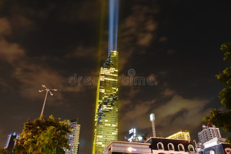 La décoration de bâtiment de Mahanakhon de puissance de roi a mené la lumière dans le couronnement du Roi Rama 10 images libres de droits