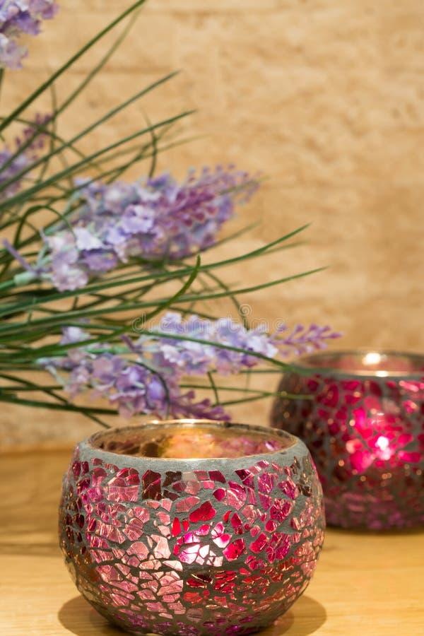 La décoration de chandelier avec le lilas violet de fleurs, raillent  photo libre de droits