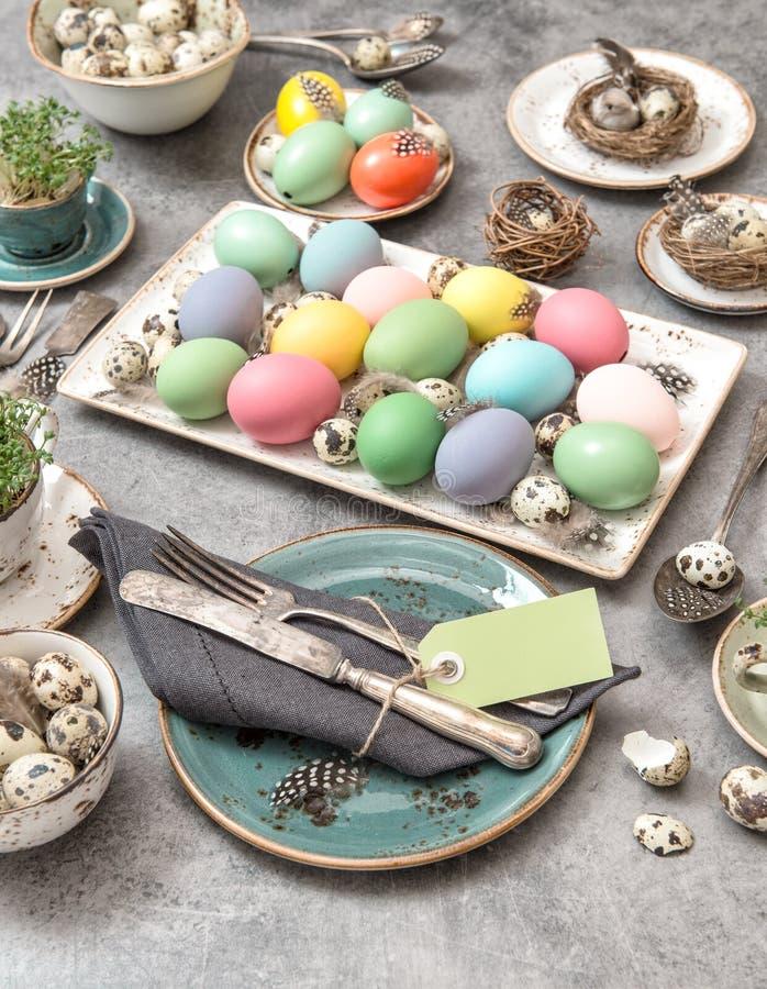 La décoration de couvert de table de vie de Pâques colorait toujours des oeufs photographie stock