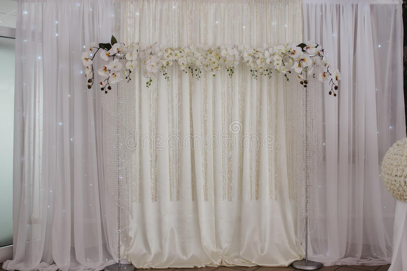 La décoration de mariage fleurit le mur photographie stock