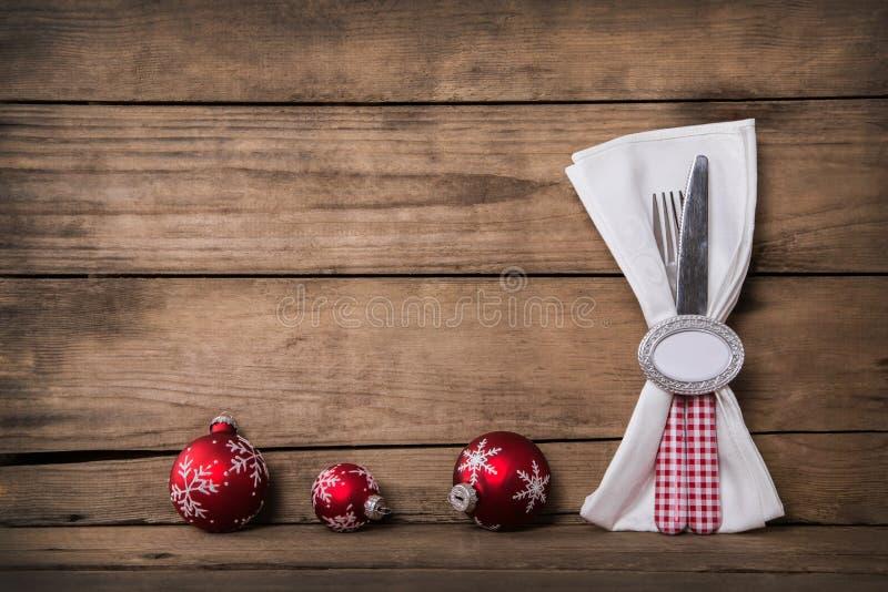 La décoration de Noël de style campagnard avec le blanc rouge a vérifié le coutelier image stock