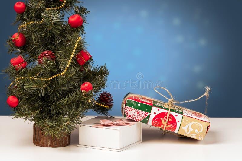 La décoration de Noël sur un bleu a brouillé le fond avec des présents images stock