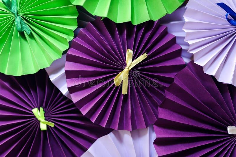 La décoration de printemps avec la brindille artificielle de fleur de ressort et le rose font la fête la fan de papier sur le fon photo stock