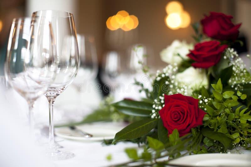 La décoration de table de mariage s'est levée photographie stock libre de droits