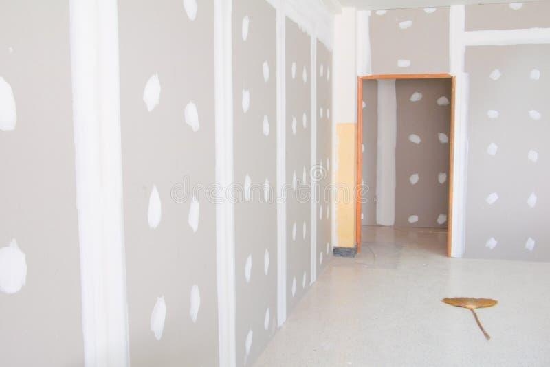 La décoration intérieure de mur de panneau de gypse de la maison au chantier de construction avec l'espace de copie ajoutent le t image libre de droits