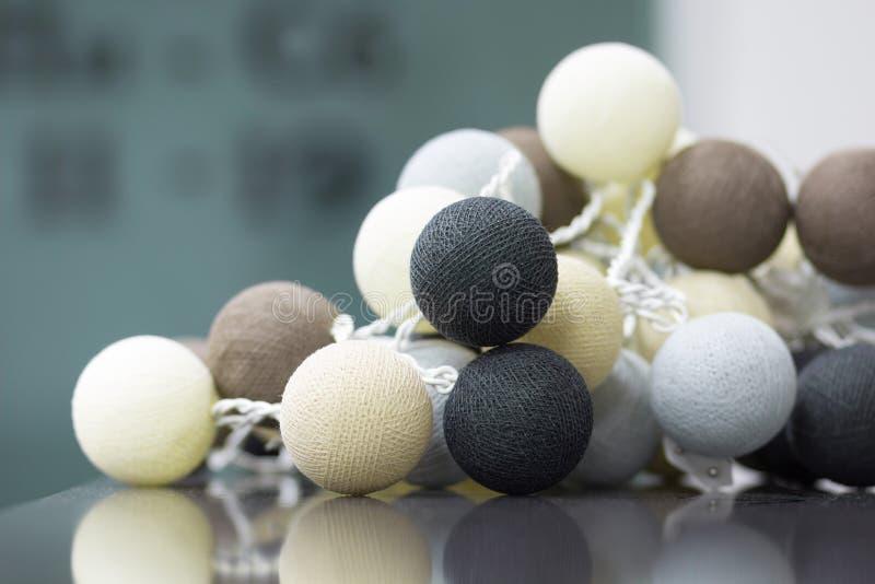 La décoration intérieure du neutre a coloré les boules tricotées photo stock