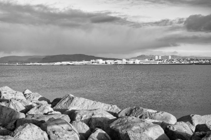 La défense et fortification côtières Brise-lames pierreux en mer Docks, ports et lagunes de bordure de brise-lames brise-lames image libre de droits
