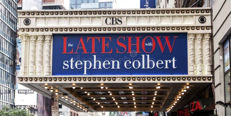 La défunte exposition avec la bannière de Stephen Colbert images stock