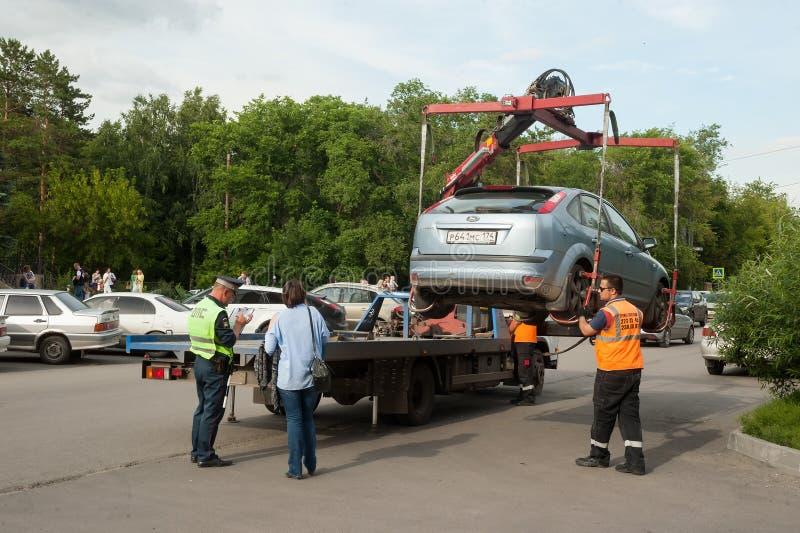 La dépanneuse prennent parking dans la violation Russie photo stock