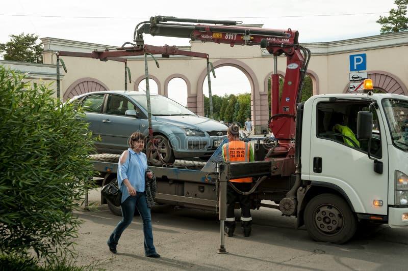 La d?panneuse prennent parking dans la violation Russie photographie stock