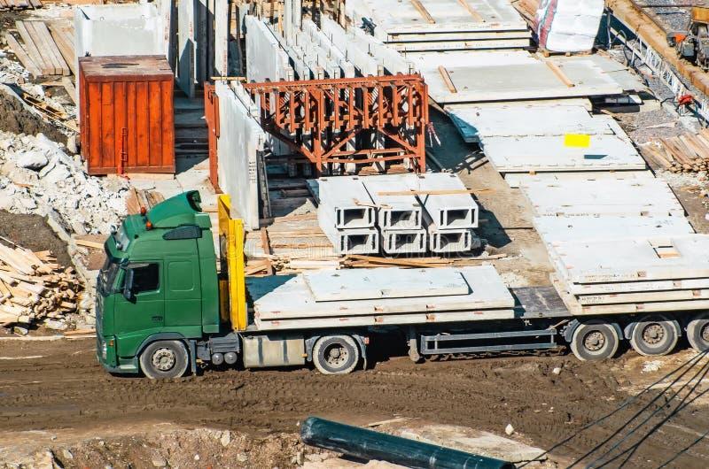 La dalle creuse de noyau sur le camion attendant déchargent dans la construction de site image libre de droits