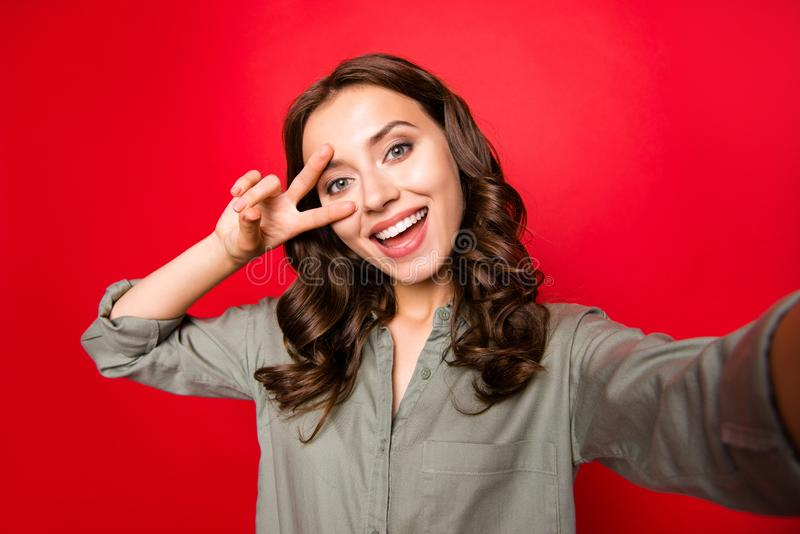 La dame élégante et belle avec la coiffure bouclée, prennent le selfie photographie stock libre de droits