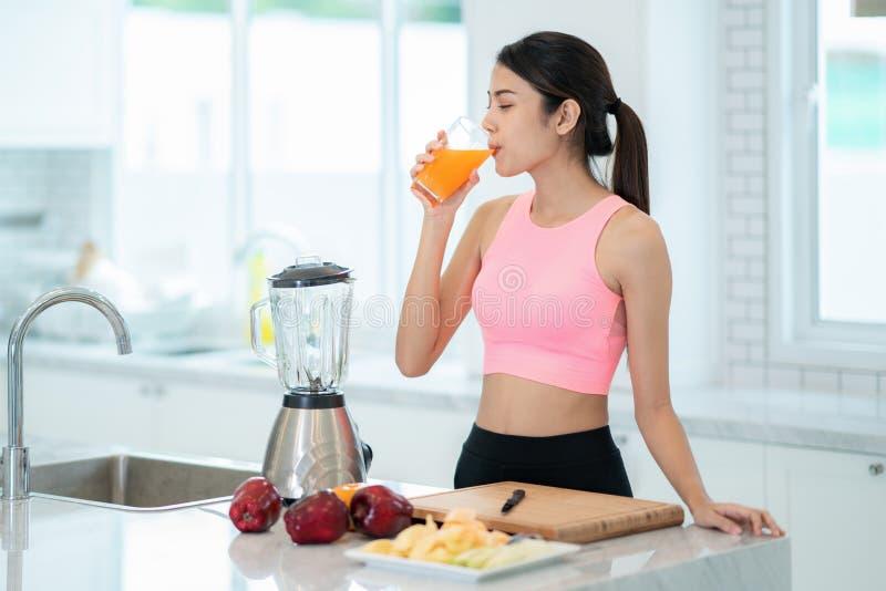 La dame asiatique boivent d'un fruit mélangé pour sain images stock
