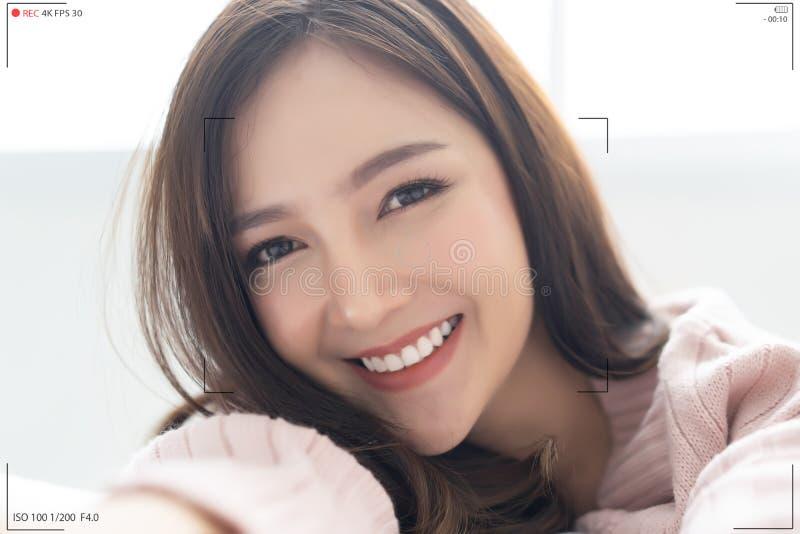 La dame asiatique font le vlog visuel de enregistrement de selfie à partir des mains avec la caméra mirrorless Écran de camér image libre de droits