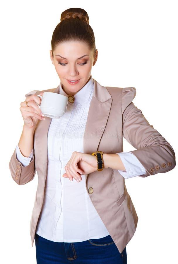La dame d'affaires finit son café et regarde l'horloge photographie stock libre de droits