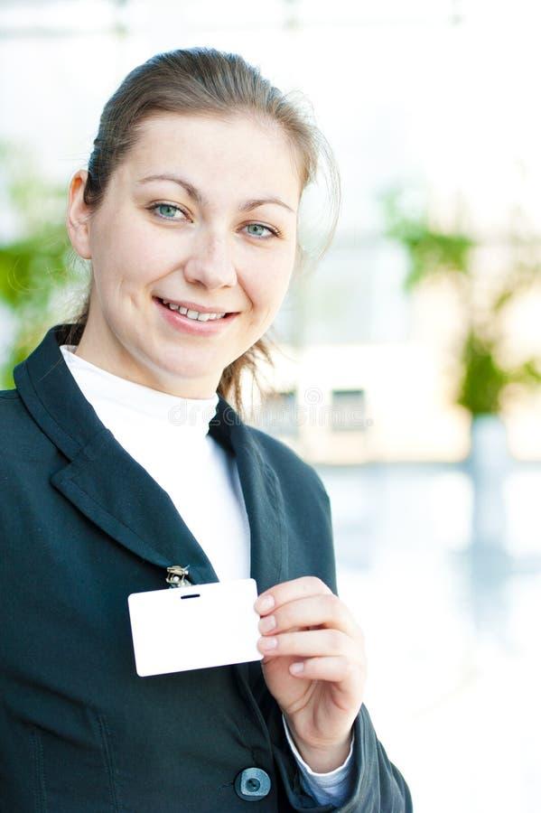La dame d'affaires représente sur son insigne vide d'identification photographie stock