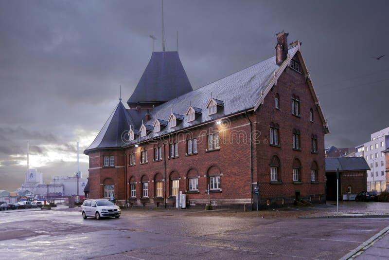 La Danimarca - 18 ottobre 2014: La camera della dogana nelle costruzioni del diciannovesimo secolo dal mattone rosso al crepuscol immagini stock libere da diritti