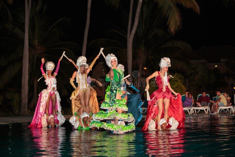 La danse dénommée a exécuté à la piscine d'eau de nuit par de belles filles cubaines, utilisant les costumes étonnants de vintage images stock