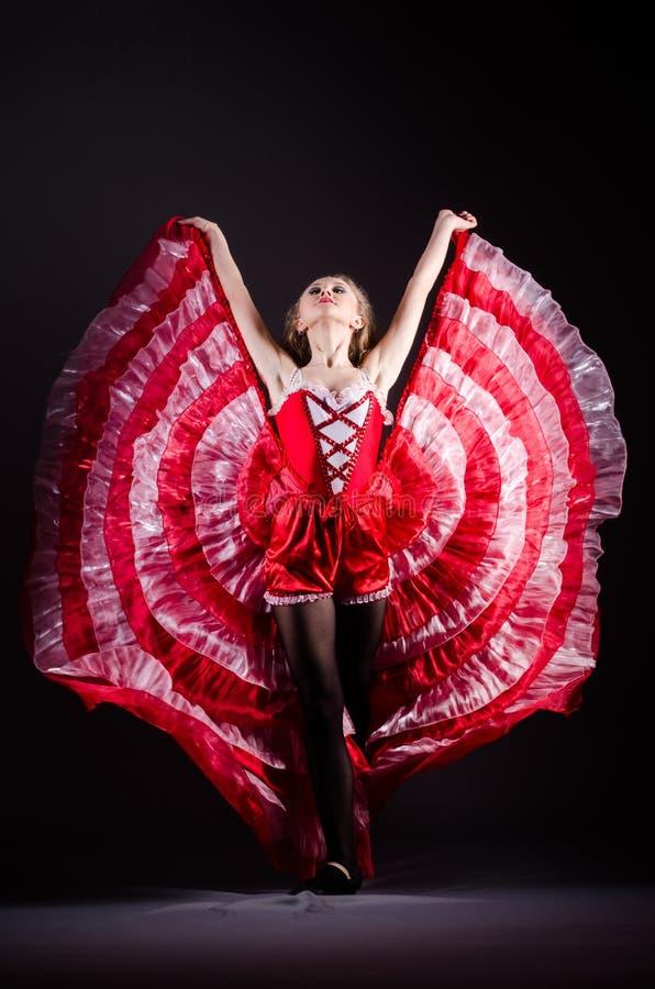 La danse de jeune femme dans la robe rouge photographie stock