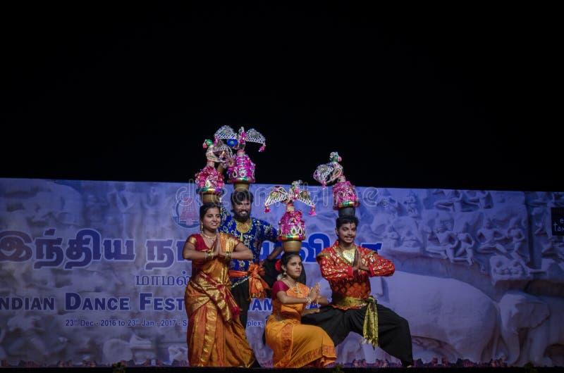 La danse de Karakattam a exécuté dans le mamallapuram indien de festival de danse photo libre de droits