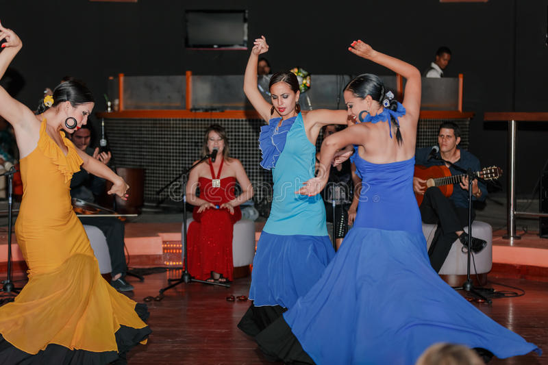 La danse de style de flamenco a exécuté par de belles filles cubaines images stock