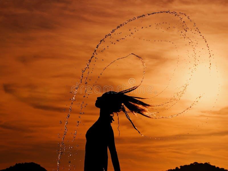 la danse relâche le coucher du soleil image stock