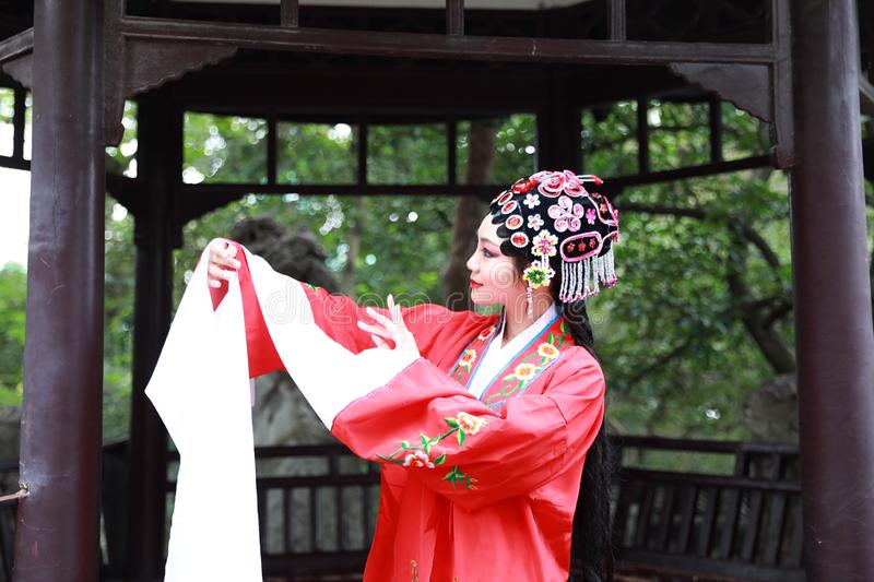 La danse traditionnelle de robe de jeu de drame de rôle de la Chine d'actrice d'Aisa de Pékin Pékin d'opéra de costumes de jardin photographie stock libre de droits