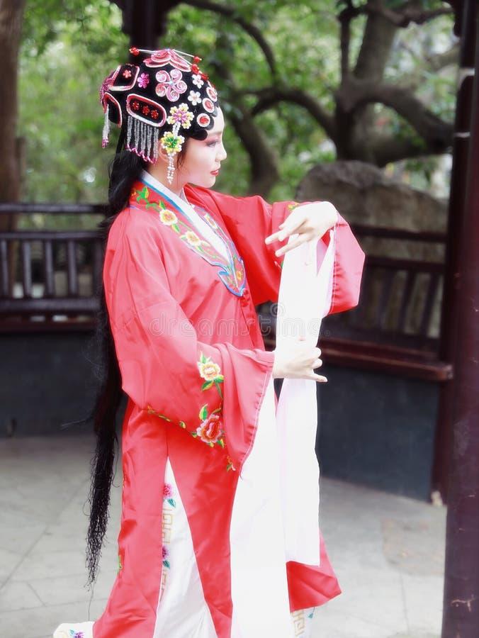 La danse traditionnelle de robe de jeu de drame de rôle de la Chine d'actrice d'Aisa de Pékin Pékin d'opéra de costumes de jardin photo libre de droits