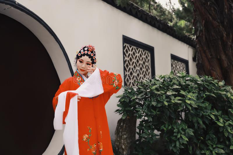 La danse traditionnelle de robe de jeu de drame de rôle de la Chine de femme d'Aisa de Pékin Pékin d'opéra de costumes de jardin  images libres de droits