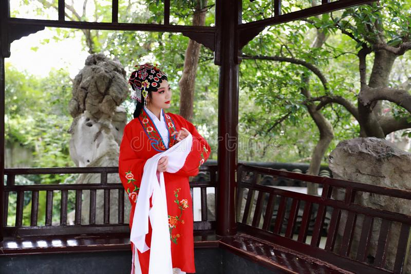 La danse traditionnelle de robe de jeu de drame de rôle de la Chine de femme d'Aisa de Pékin Pékin d'opéra de costumes de jardin  image stock