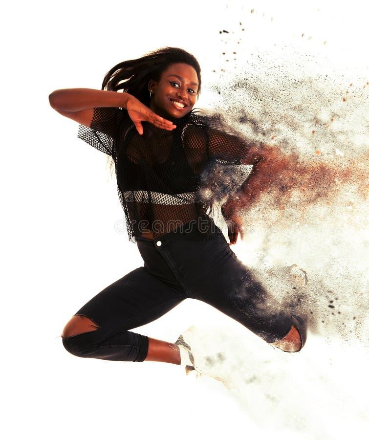 La danseuse active de jeune femme saute dans le ciel d'isolement au-dessus de b blanc photographie stock