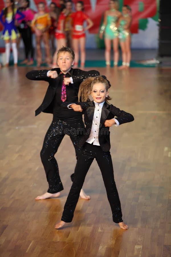 La danza del muchacho y de la muchacha en el mundo baila olimpíada imágenes de archivo libres de regalías