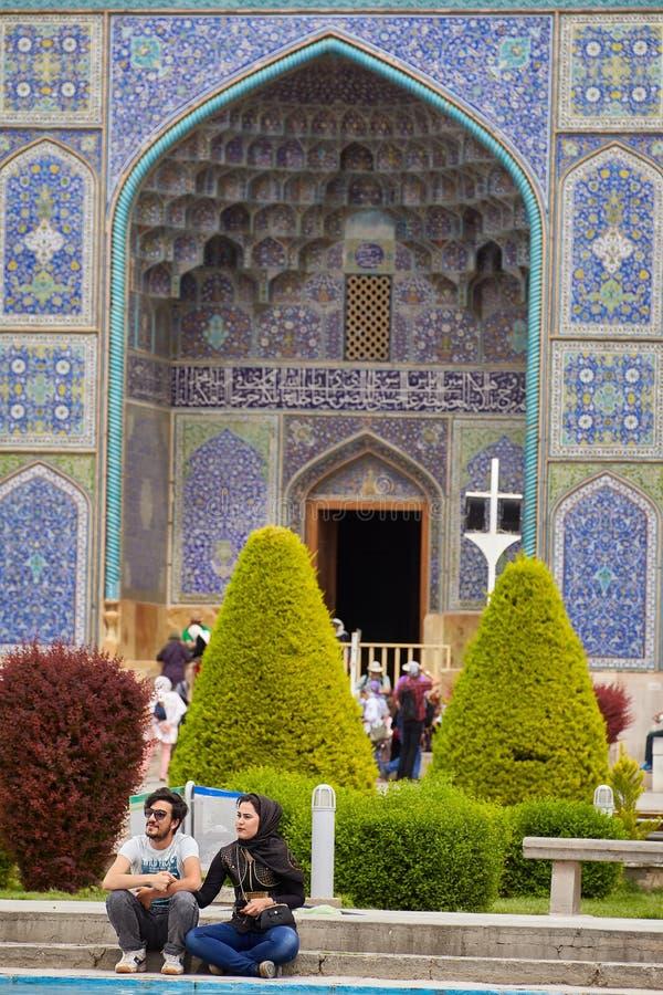 La data di giovani coppie iraniane si avvicina alla moschea, Ispahan, Iran immagini stock