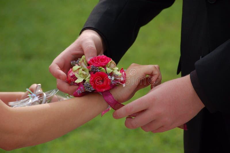 La date de bal d'étudiants glisse sur le corsage de poignet image libre de droits