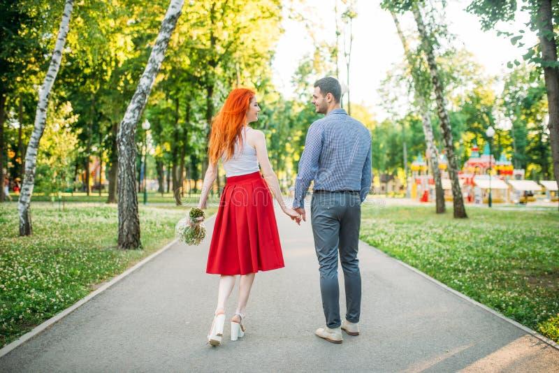 La date romantique, couple d'amour marchent en parc, vue arrière image libre de droits