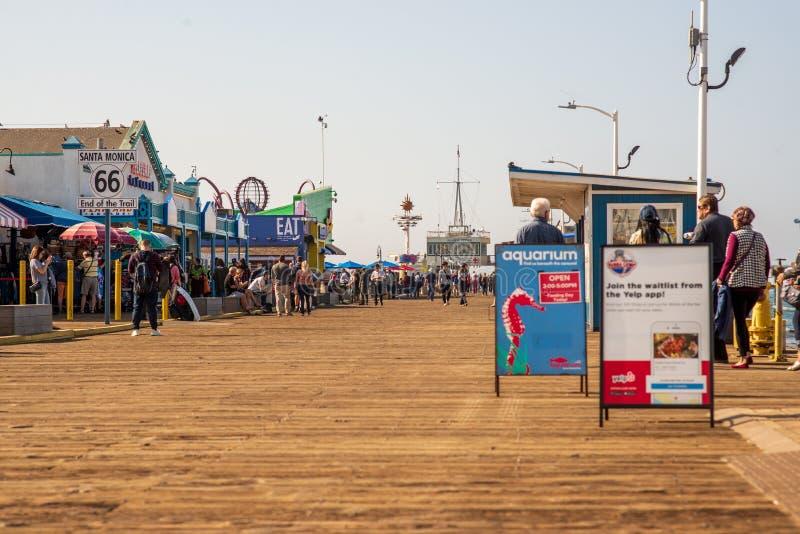 LA, DE V.S. - 30TH OKTOBER 2018: Toeristentroep aan beroemde Santa Monica Pier in Los Angeles, Californië, de V.S. royalty-vrije stock afbeeldingen