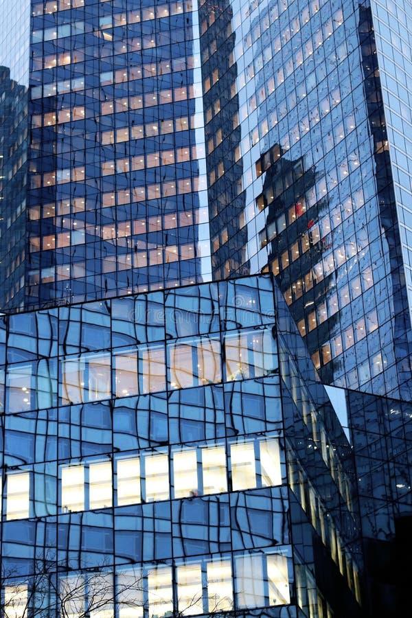 La-de voorgevels van het de gebouwenglas van defensiebureaus in van Bedrijfs Parijs district Frankrijk royalty-vrije stock afbeeldingen