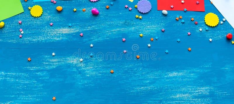 La decoración azul brillante festiva del fondo de la bandera para el día de fiesta coloreó el espacio de papel serpentino de la c fotos de archivo libres de regalías