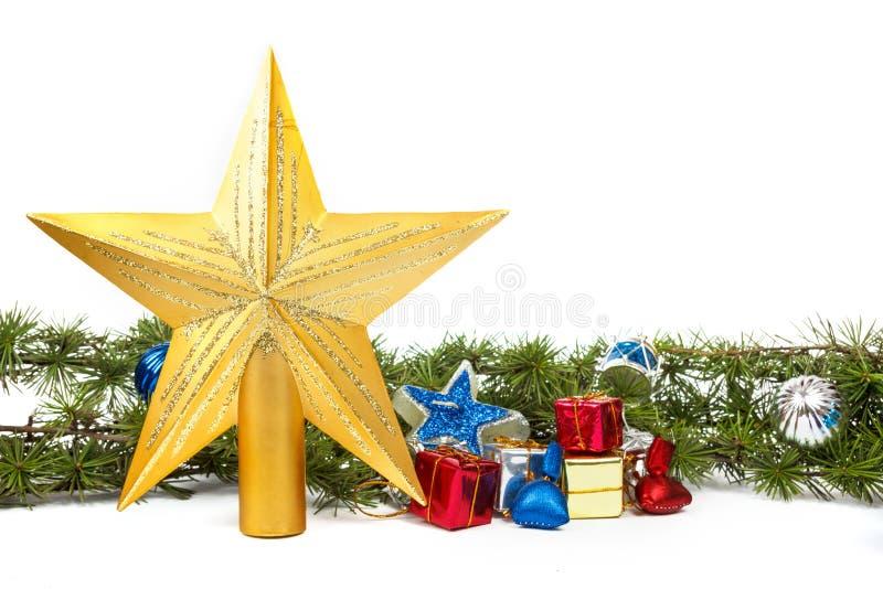 La decoración con el pino o abeto verde y muchos regalos y el oro protagonizan f fotos de archivo libres de regalías