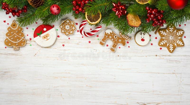 La decoración con las ramas de árbol del día de fiesta, bola de la Navidad juega, las galletas del pan de jengibre foto de archivo libre de regalías