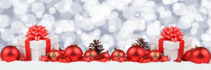 La decoración de la bandera de las bolas de los presentes de los regalos de la Navidad protagoniza el backgroun imágenes de archivo libres de regalías