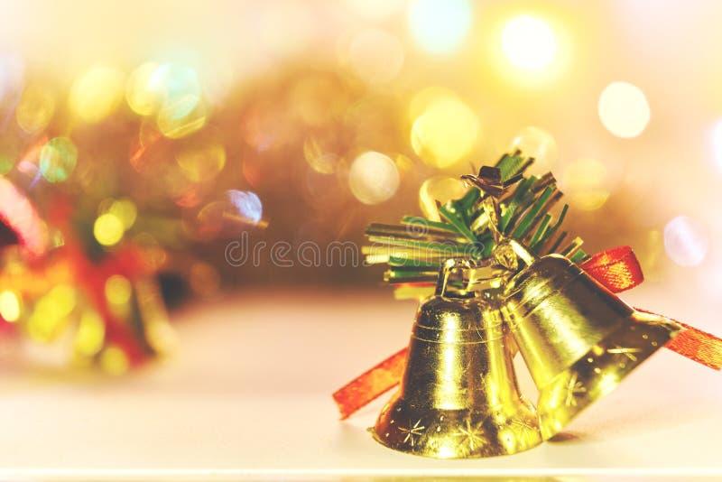 La decoración de la campana de la Navidad con el bokeh se enciende en el fondo blanco imágenes de archivo libres de regalías