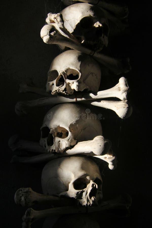 La decoración de cráneos y de huesos humanos en un osario del gótico de la iglesia del cementerio de todos los santos en Kutna-Hor foto de archivo