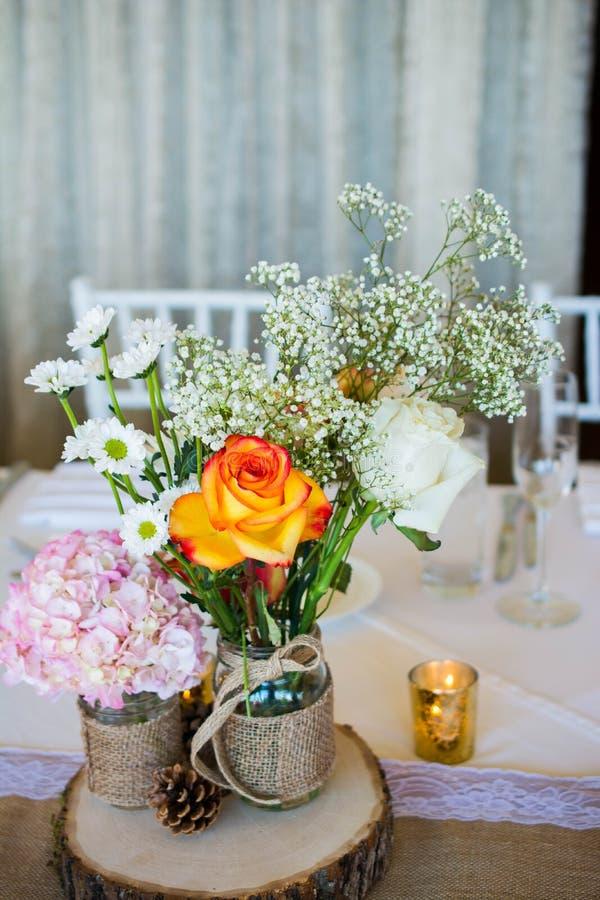 La decoración de la boda con las flores rosadas, candels del oro y subió romántico Señora de la muestra y ladrido de Mr fotografía de archivo