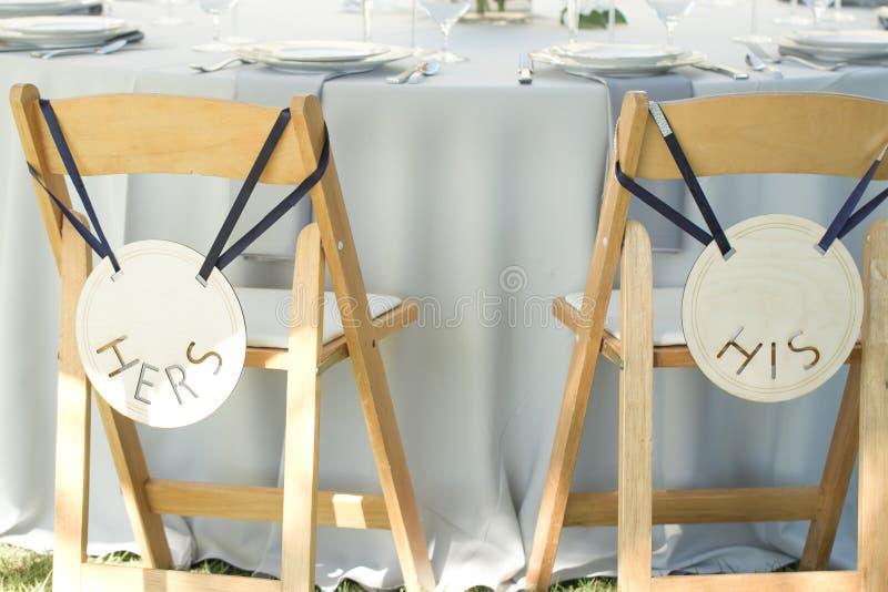 La decoración de la boda preside su el suyo novio de la novia imagen de archivo