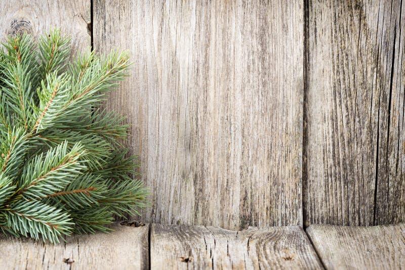 La decoración de la Navidad con el abeto ramifica en el fondo de madera foto de archivo