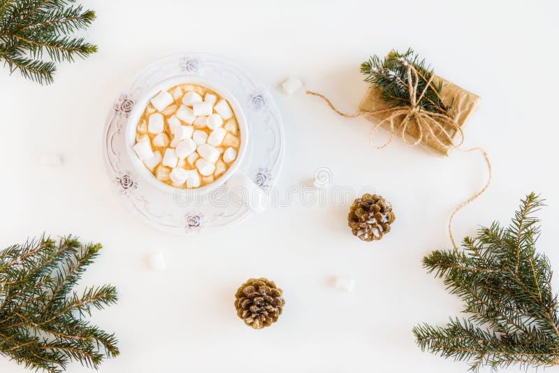 La decoración de la Navidad del invierno, ramas del abeto y conos, envolvió el regalo, las melcochas y bebida, café o cacao calie foto de archivo libre de regalías