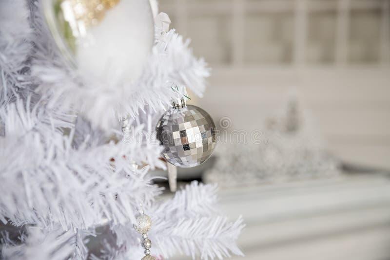 La decoración de la Navidad blanca con las bolas en abeto ramifica con el fondo borroso bolas de plata de la Navidad Feliz Navida foto de archivo libre de regalías