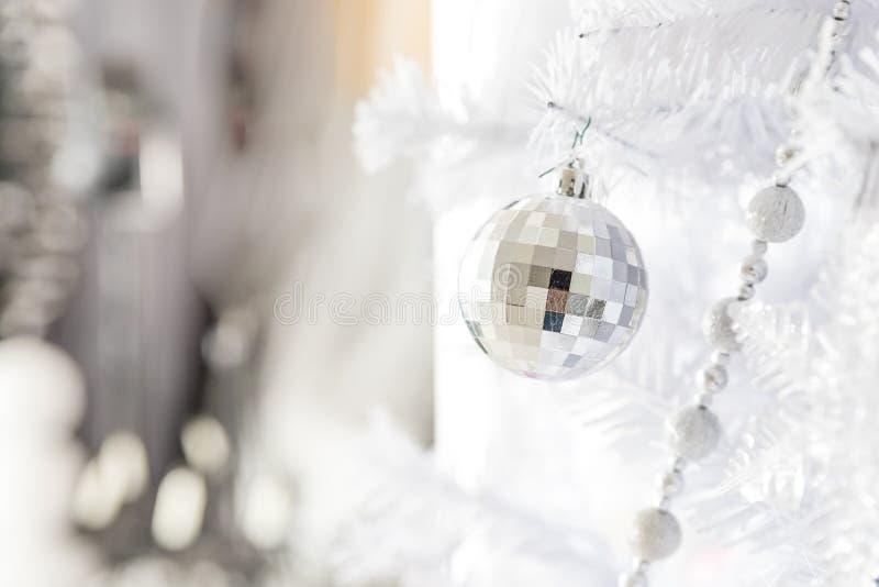 La decoración de la Navidad blanca con las bolas en abeto ramifica con el fondo borroso bolas de plata de la Navidad Feliz Navida imagen de archivo libre de regalías